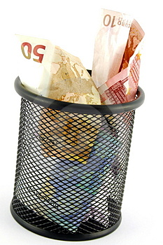 ¿Está tirando dinero a la basura?